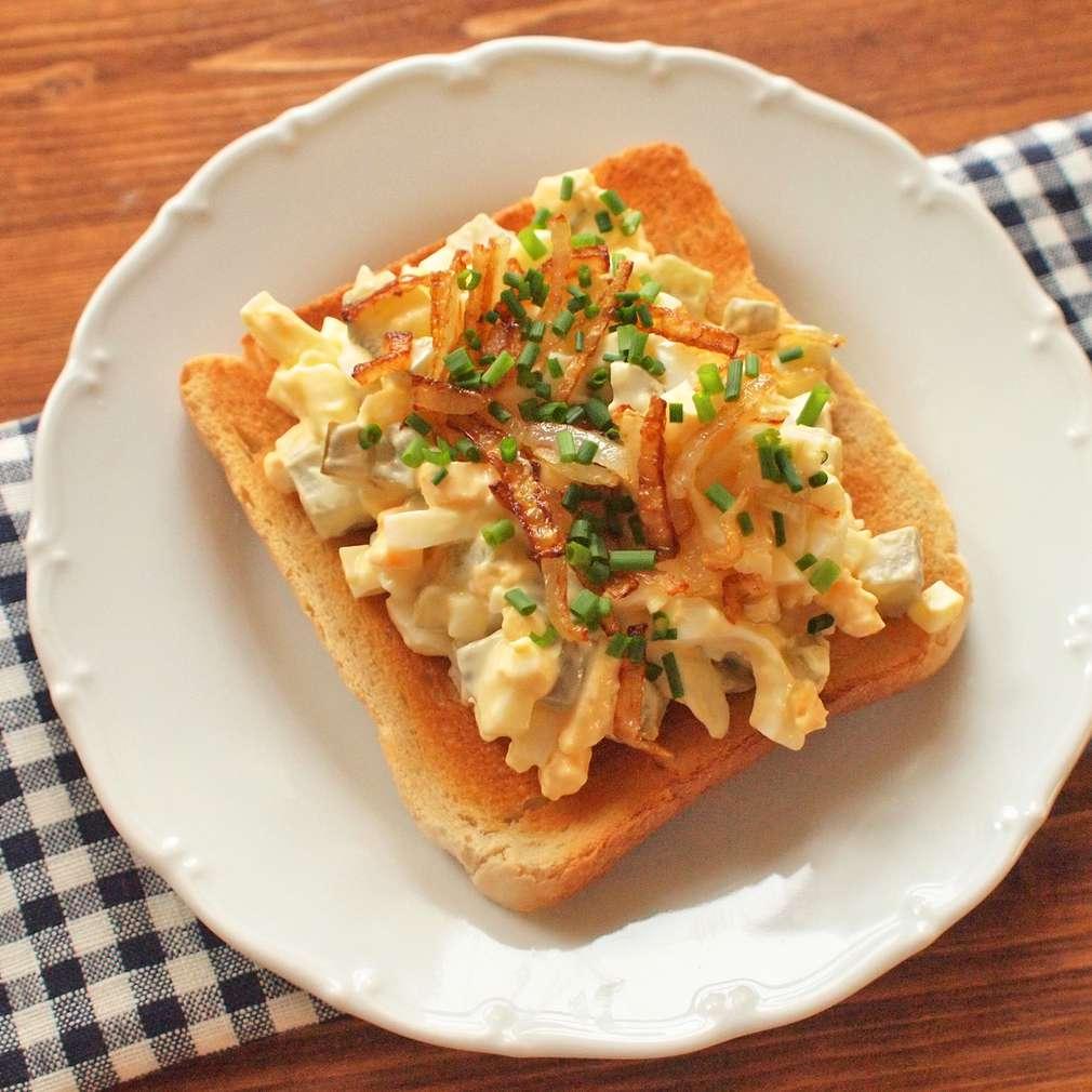 Zobrazit Vajíčkový salát na toastu s křupavou cibulkou receptů