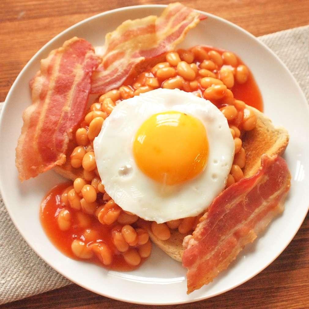 Zobrazit Snídaňový toast s fazolemi, slaninou a vejcem receptů