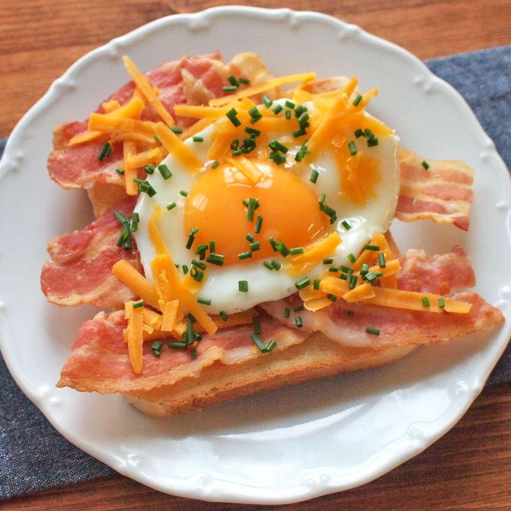 Slaninový toast s vejcem a čedarem
