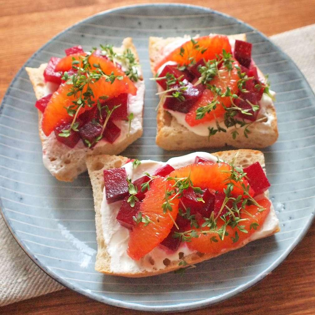 Zobrazit Tvarohový toast s řepným salátem a pomeranči receptů