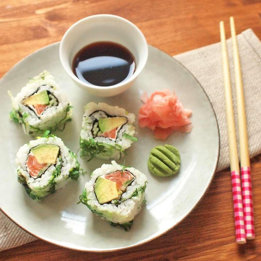 Zobrazit Obrácené sushi rolky s avokádem a lososem receptů