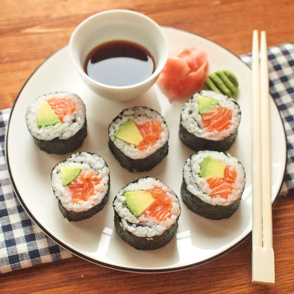 Zobrazit Maki sushi s avokádem a lososem receptů