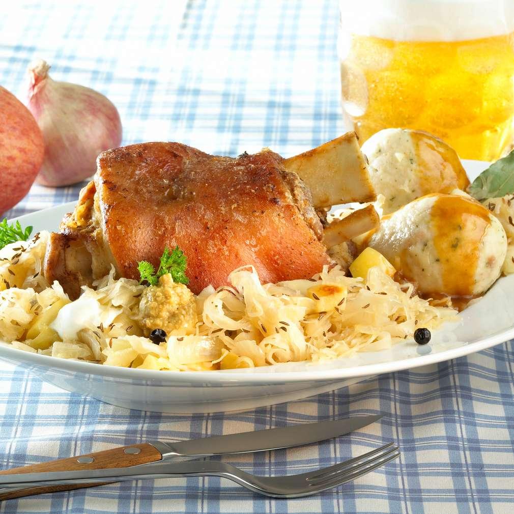 Imaginea rețetei Ciolan de porc în sos de bere cu varză murată