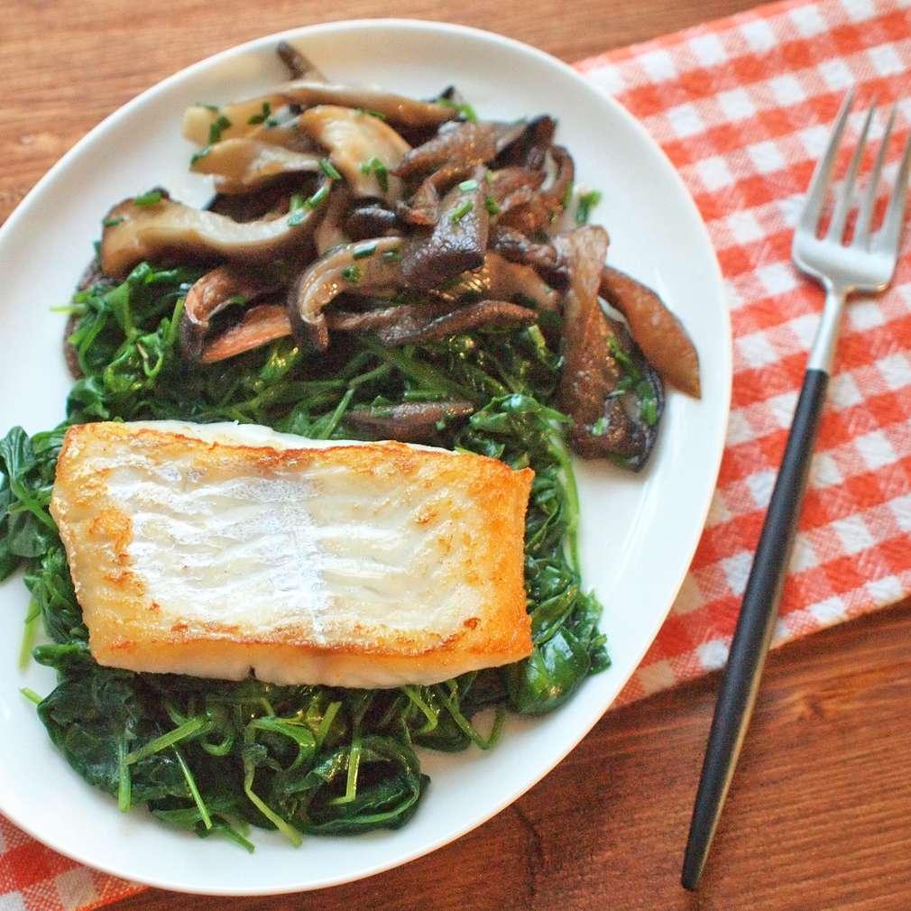 Zobrazit Filet z tresky s dušeným špenátem a hlívou receptů