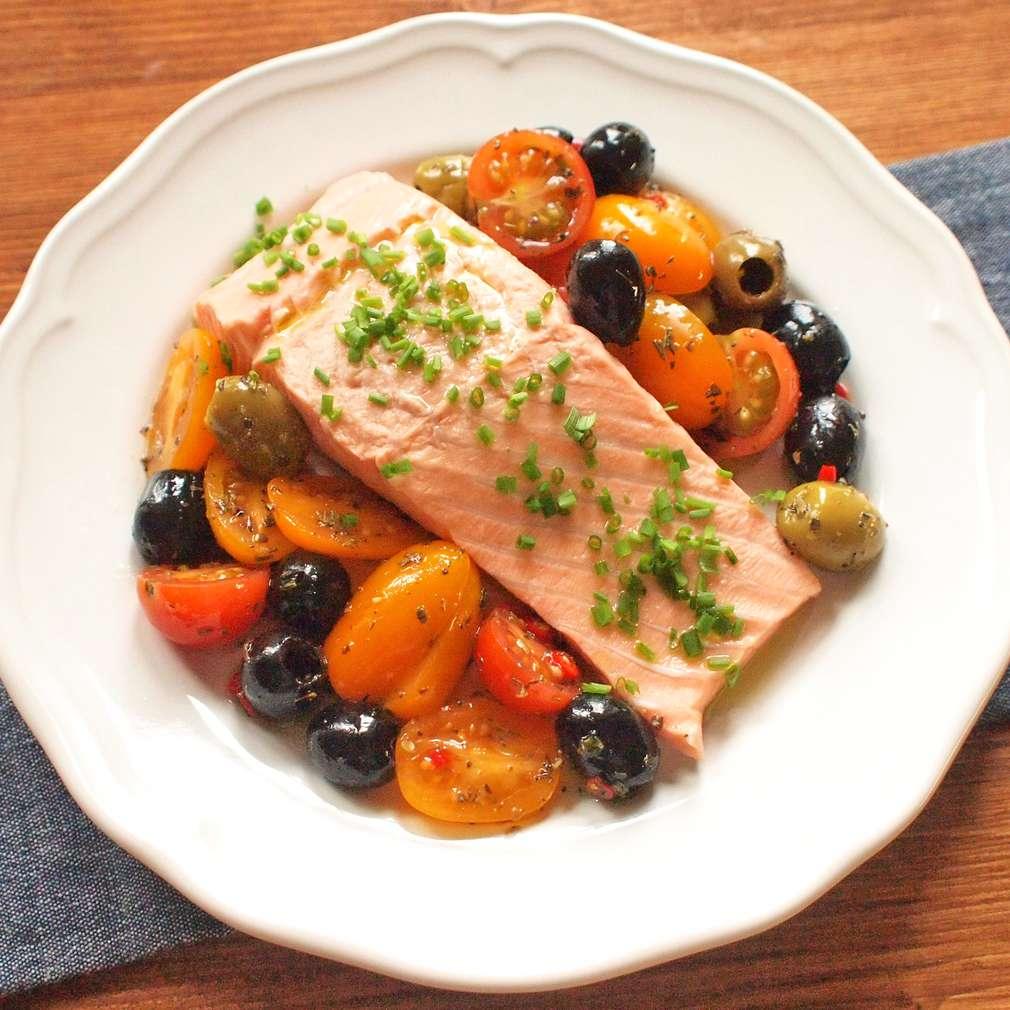 Zobrazit Pošírovaný losos s pikantními rajčaty receptů
