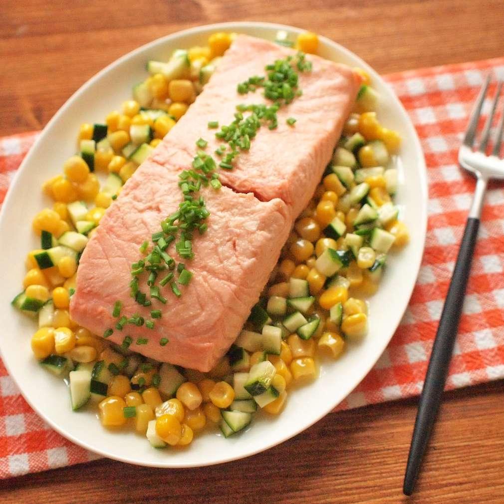 Zobrazit Pošírovaný losos s cuketou a kukuřicí receptů