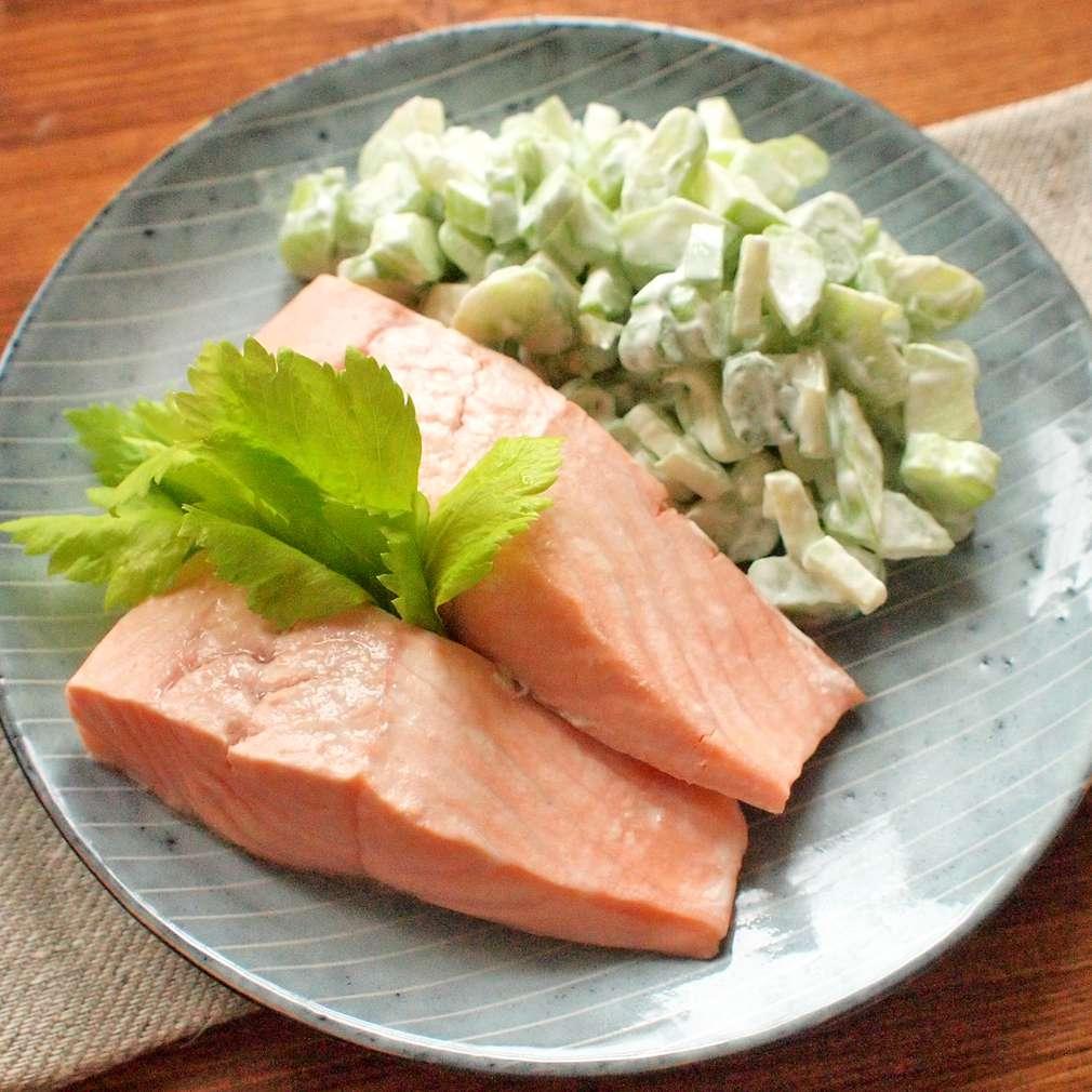 Zobrazit Losos na páře s celerovým salátem receptů