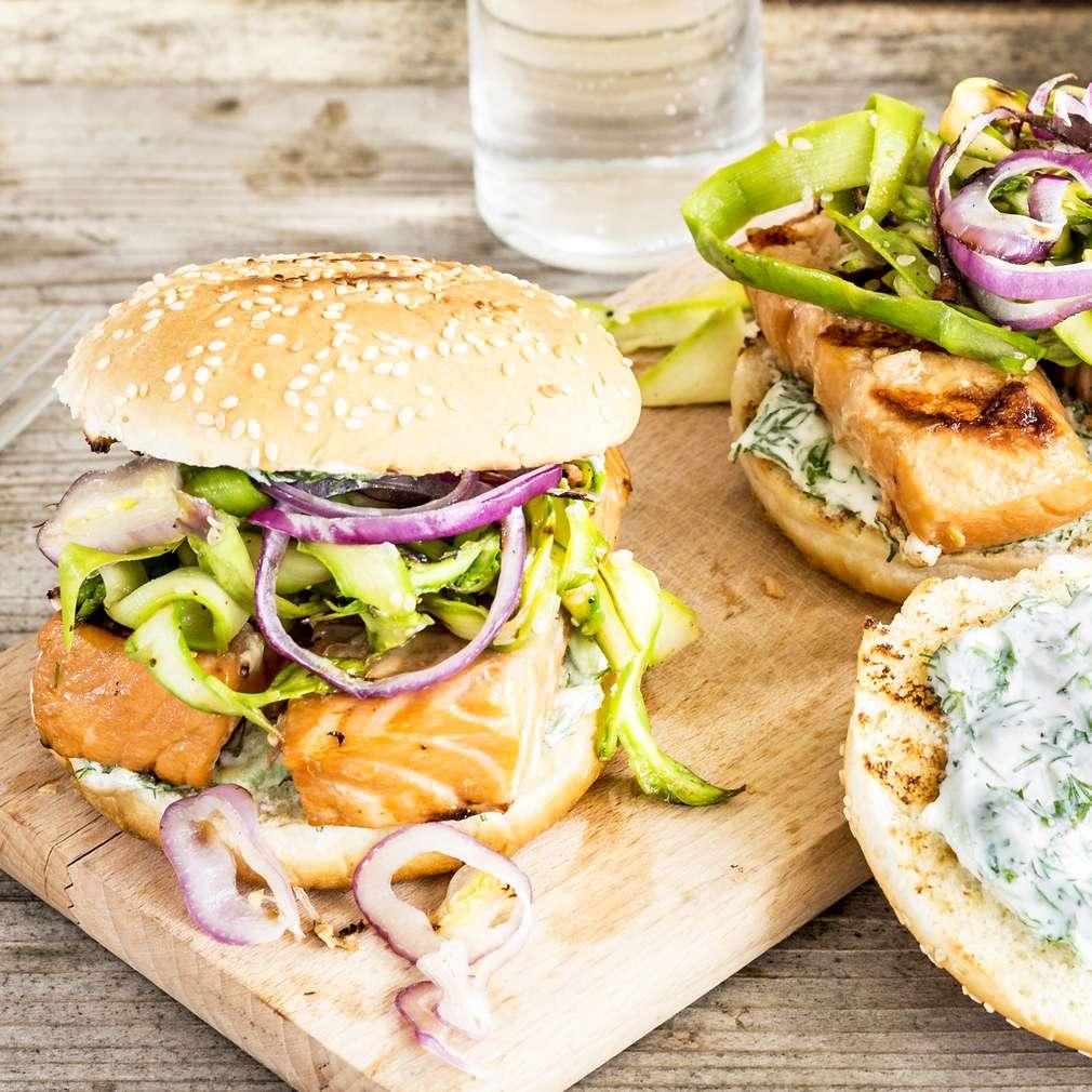 Zobrazit Burger s grilovaným lososem teriyaki receptů