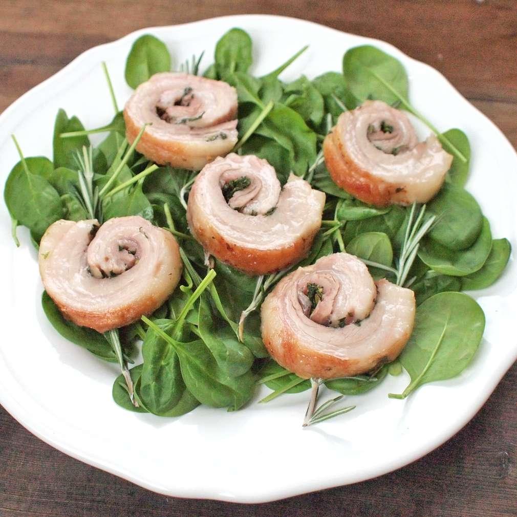 Zobrazit Řezy z bůčkové rolády s bylinkovou nádivkou receptů