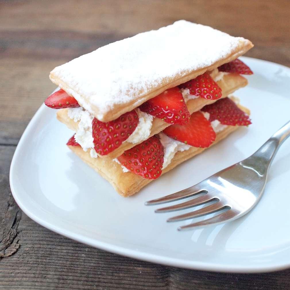 Zobrazit Dvoupatrový jahodový dortík receptů
