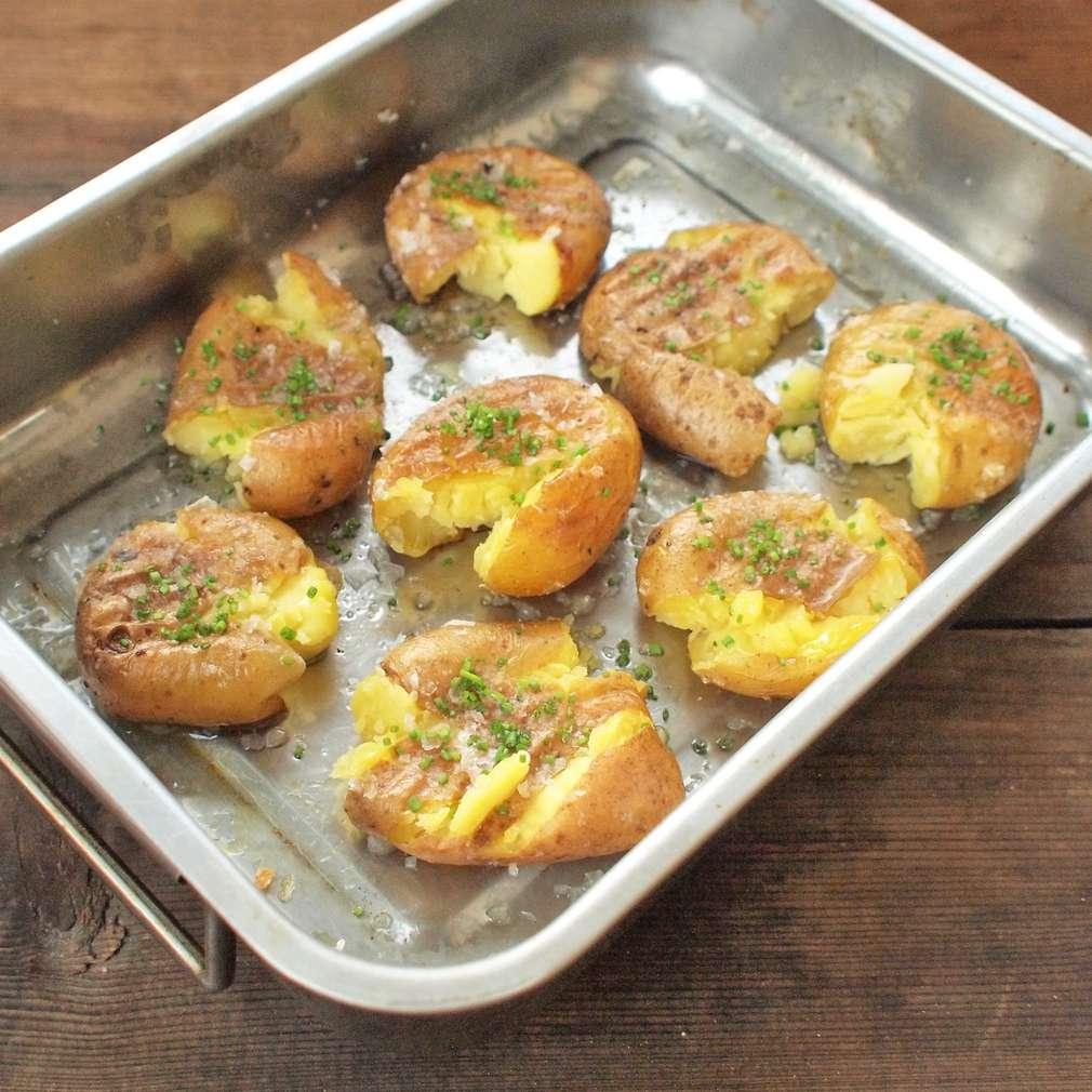 Zobrazit Rozmačkané pečené brambory s pažitkovým máslem receptů