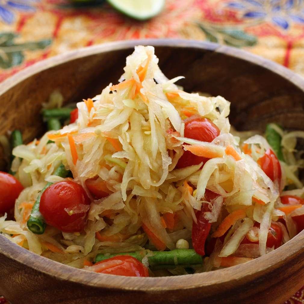 Salată de varză și fasole verde