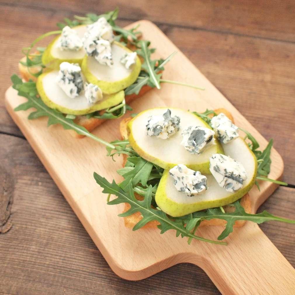 Zobrazit Toasty s hruškou a plísňovým sýrem receptů