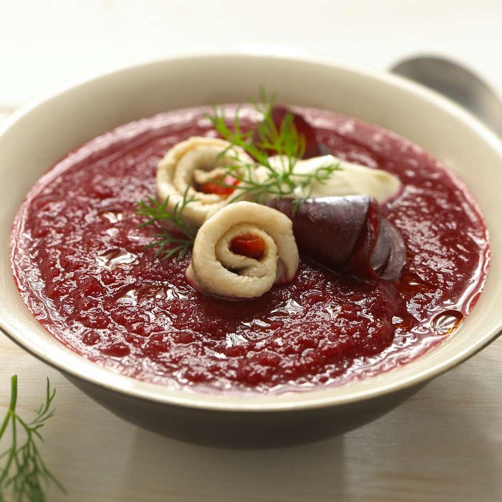Abbildung des Rezepts Rote-Bete-Suppe mit Heringsröllchen