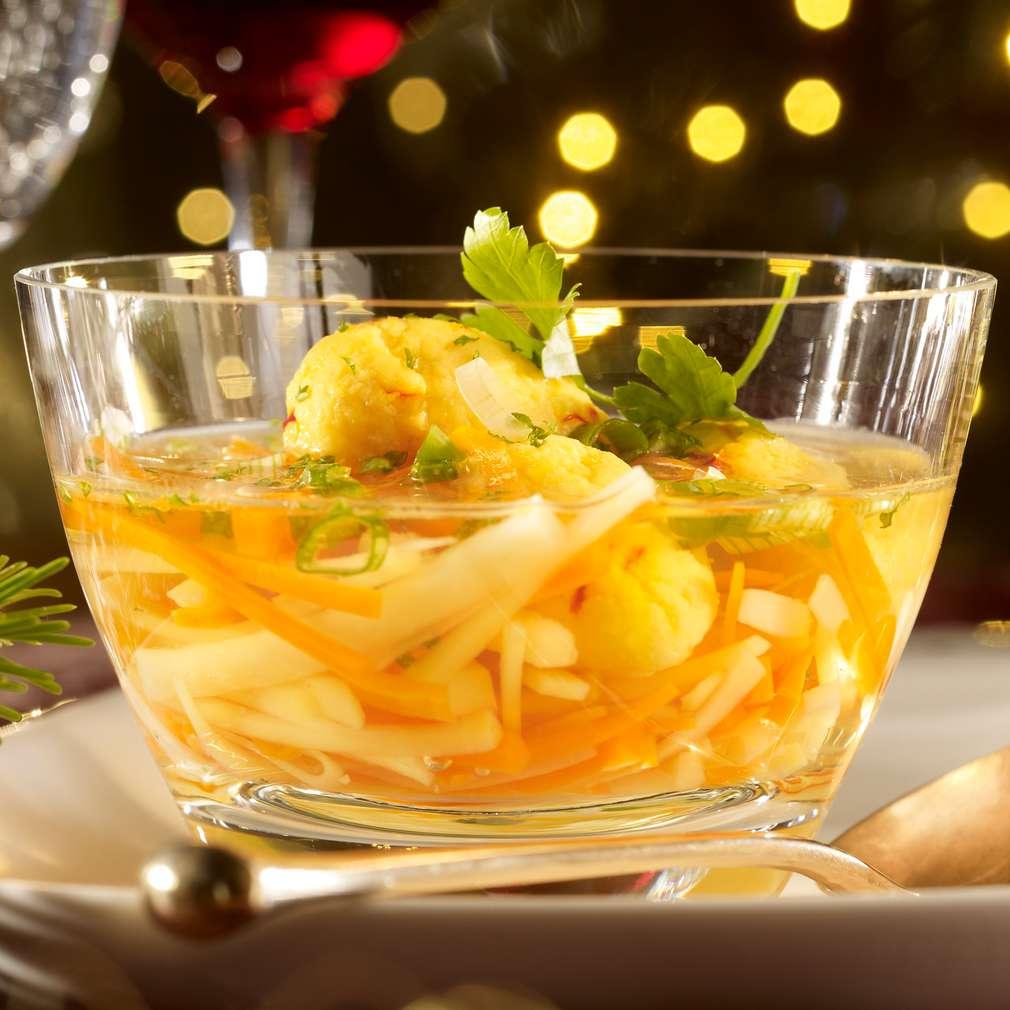 Abbildung des Rezepts Klare Gemüsesuppe mit Safranschwämmchen