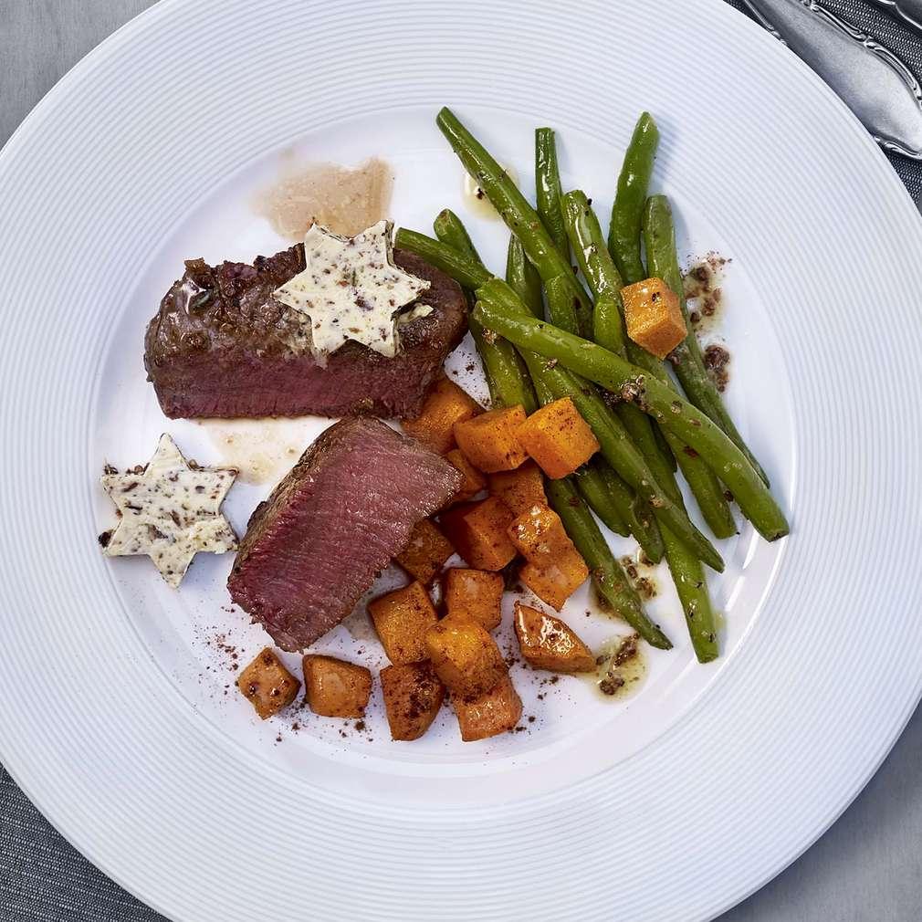 Abbildung des Rezepts Steaks mit Buttersternen und Süßkartoffel-Zimt-Würfeln