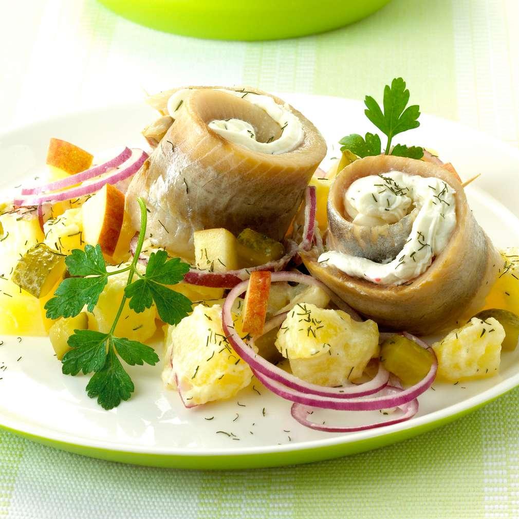 Abbildung des Rezepts Matjesröllchen auf Kartoffelsalat à la Heringsstip