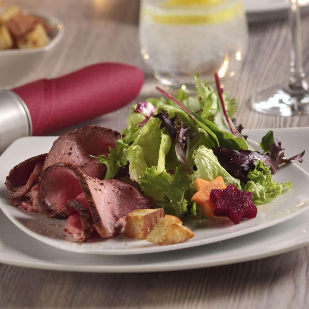 Abbildung des Rezepts Bunter Salat mit Streifen vom Roastbeef und Knusperbrot