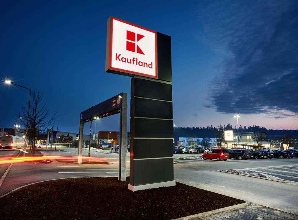 Podświetlony napis Kaufland na parkingu dla klientów