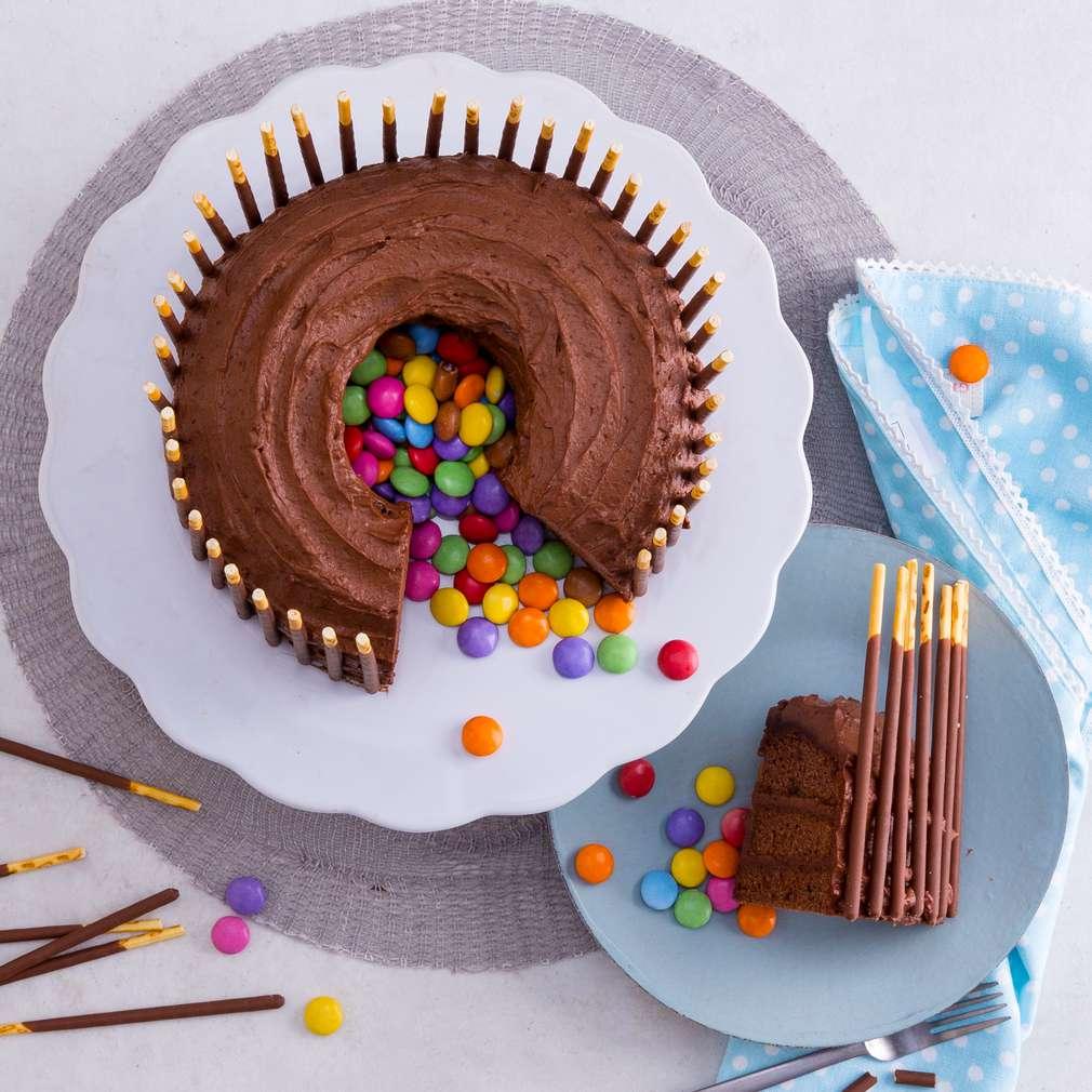 Abbildung des Rezepts Piñata-Torte mit Smarties