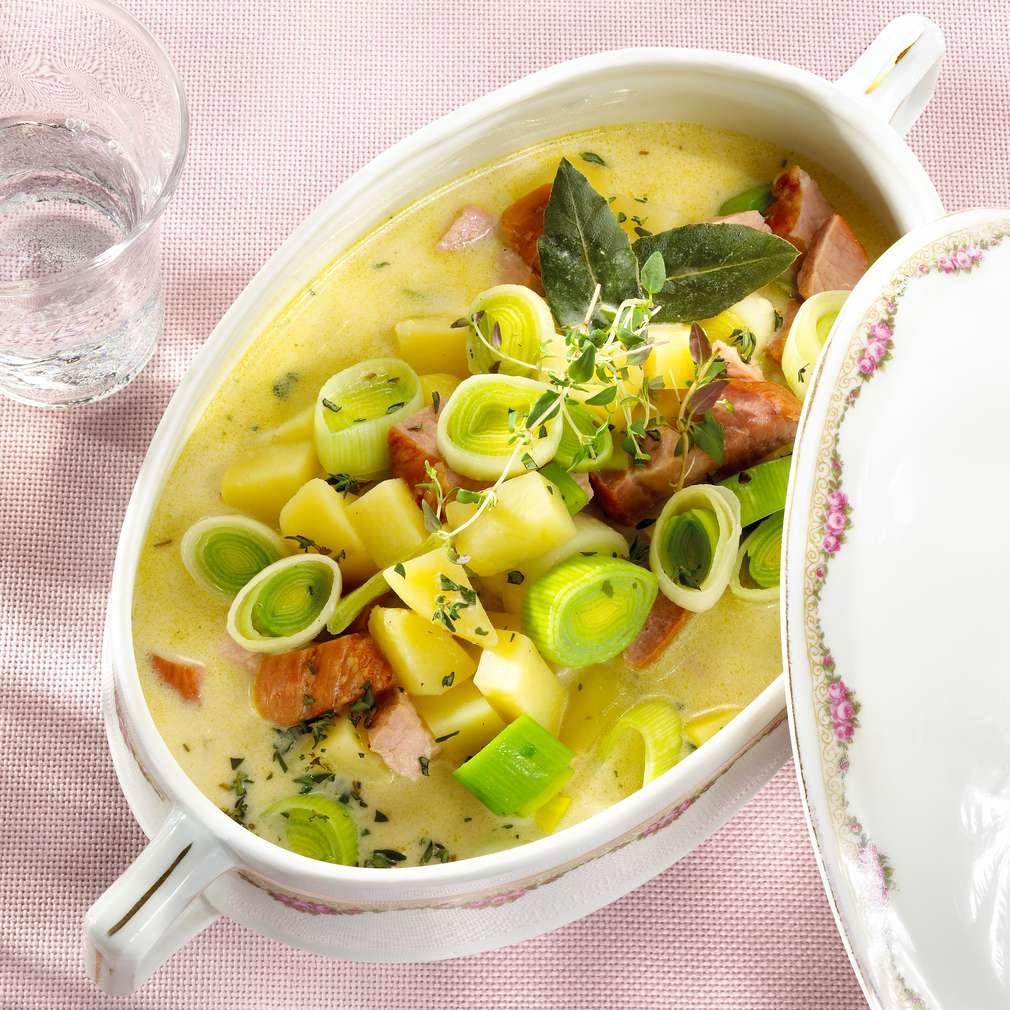Zobrazit Hustá bramborová polévka s pórkem a uzeným masem receptů