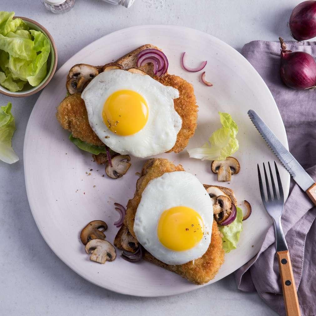 Zobrazit Vepřový řízek se sázeným vejcem na toastu receptů