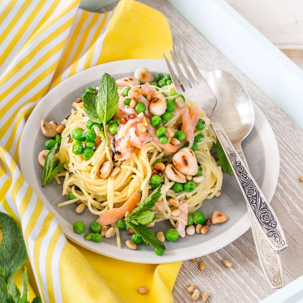 Imaginea rețetei Spaghete cu somon, mazăre și mentă