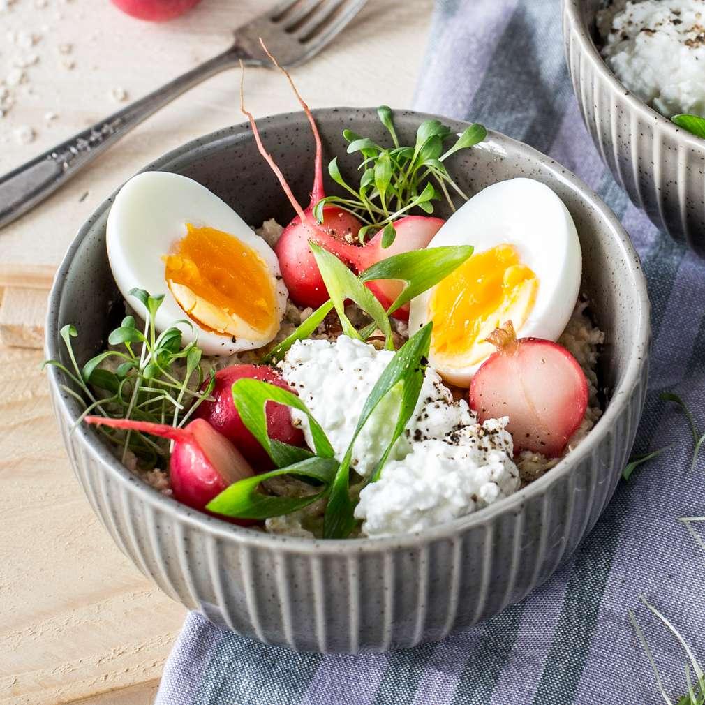 Abbildung des Rezepts Herzhaftes Porridge mit Ei und Radieschen