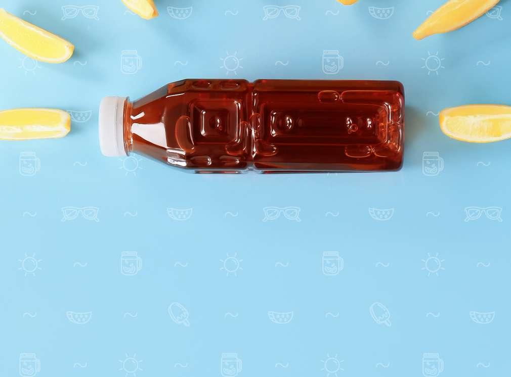Изображение на бутилка, пълна със студен чай