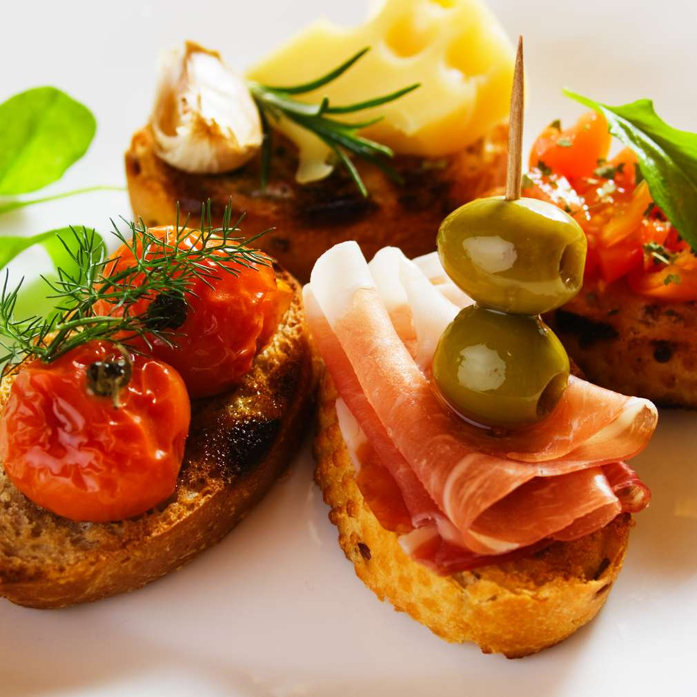 Bruschette cu prosciutto crudo și măsline