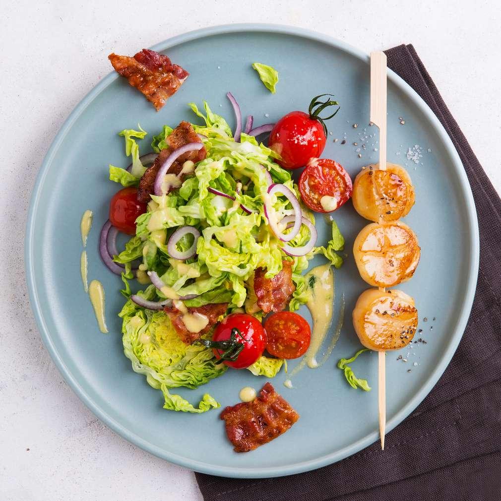 Abbildung des Rezepts Salat mit gebratenem Kamm-Muschel-Spieß