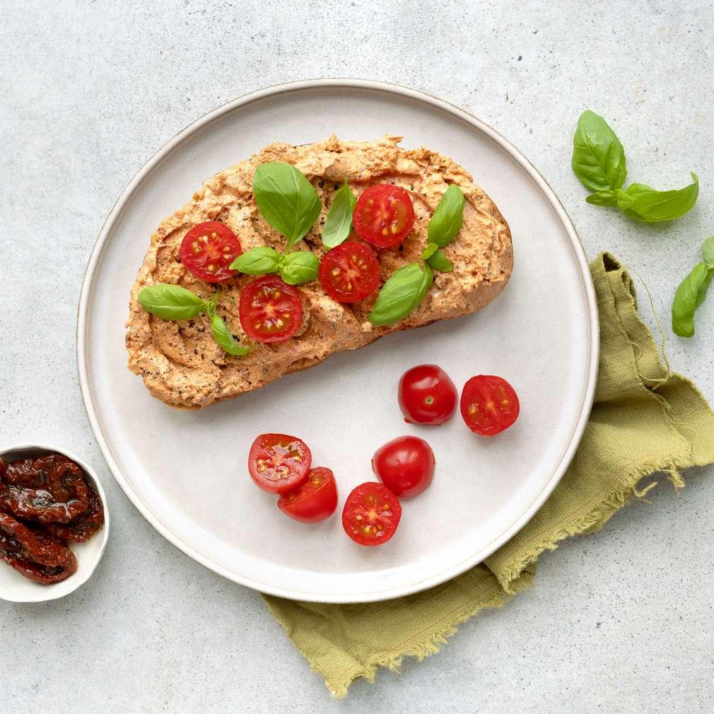 Zobrazit Chléb s pomazánkou ze sušených rajčat receptů