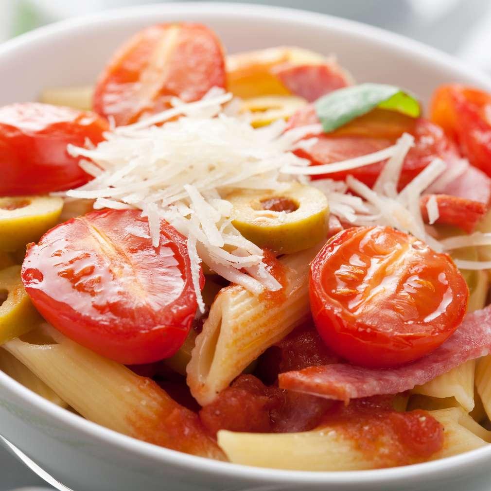 Imaginea rețetei Salată de paste cu roșii și salam