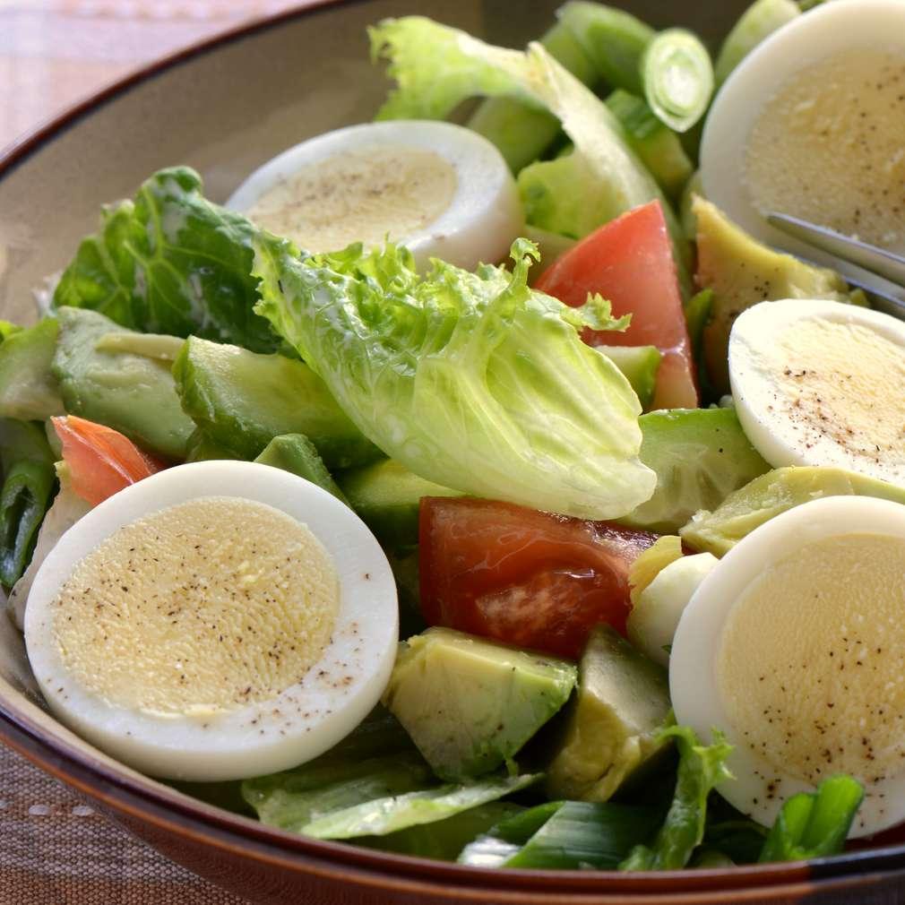 Salată cu avocado și ou