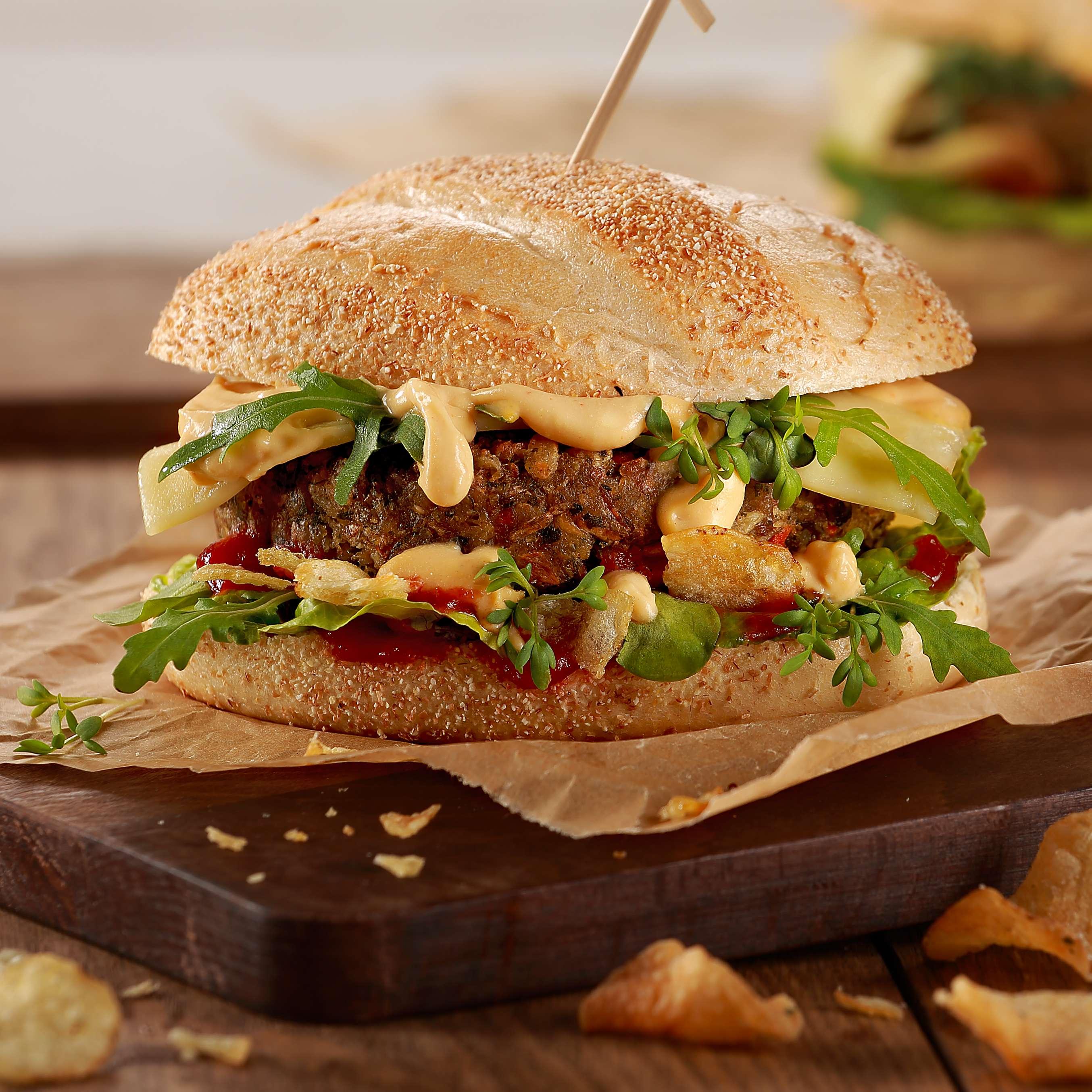 rezept f r vegetarischer bio burger mit kartoffelchips. Black Bedroom Furniture Sets. Home Design Ideas